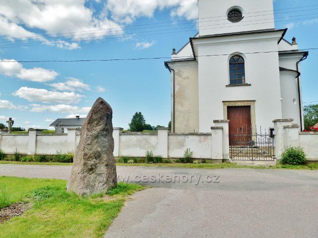 Mistrovice - menhir v rohu parčíku před kostelem