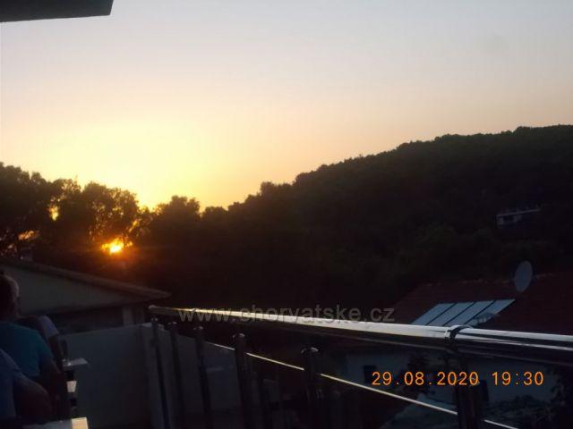 Západ slunce na Hvaru město Jelsa
