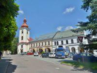 Rokytnice v Orlických horách - domy s podloubím vedle kostela Všech svatých na náměstí T-G-M-