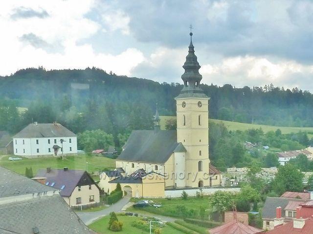 Staré Město pod Sněžníkem - pohled z radniční věže ke kostelu sv. Anny