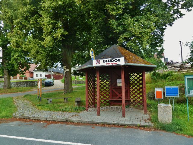Autobusová zastávka Bludov, Pod lipami