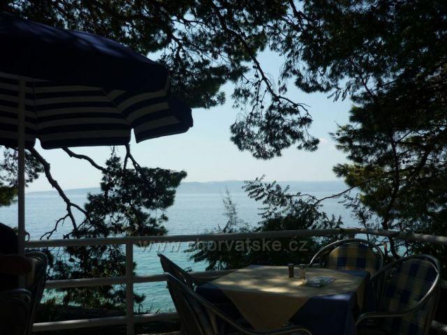 Pohled z restaurace v Brele nad pláží