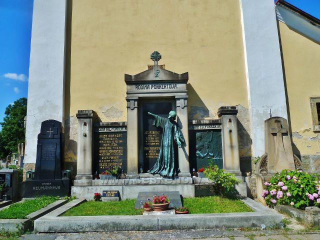Skuhrov nad Bělou - hrobka rodiny Paukertů(zakladatelé výroby světoznámých litinových mlýnků) na hřbitově u kostela sv.Jakuba
