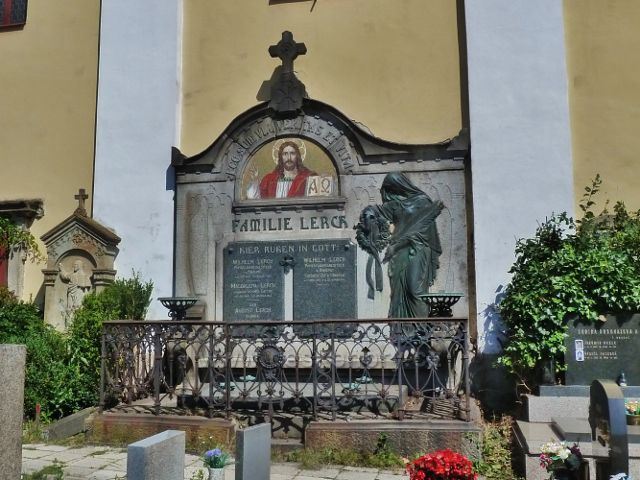 Skuhrov nad Bělou - hrobka rodiny továrníka Lercha, majitele papírny v Kvasinách na hřbitově u kostela sv.Jakuba