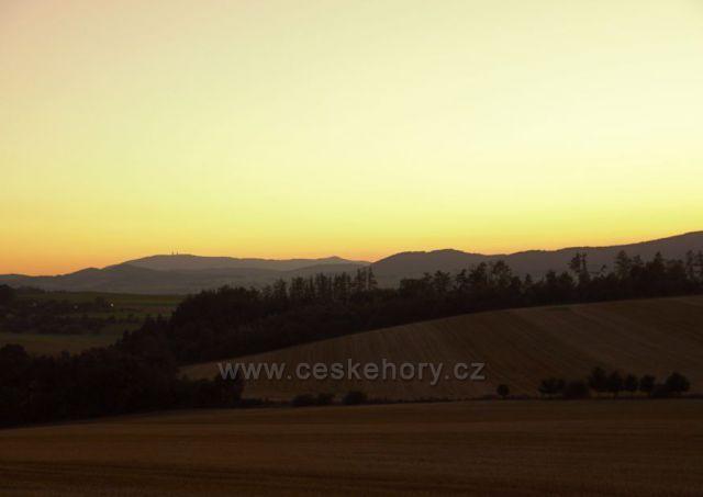 Soumrak u Klenové. V pozadí Bavorský les.