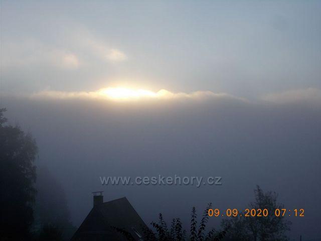 Lipno nad Vltavou.Východ slunce mezi mraky a mlhou