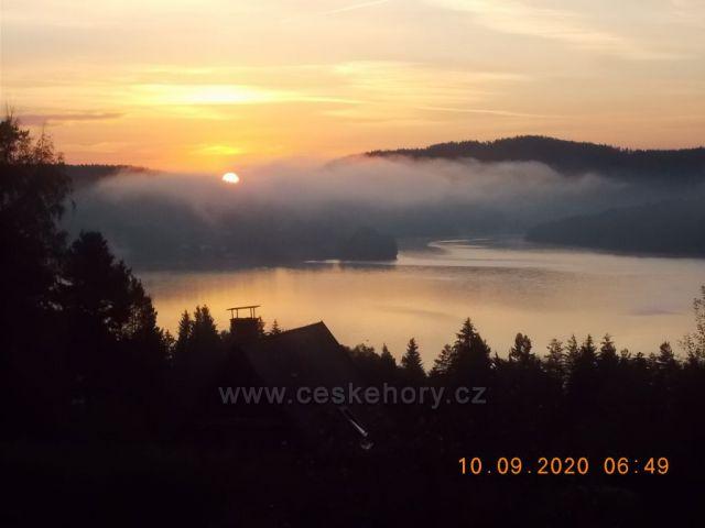 Lipno nad Vltavou.Východ slunce nad přehradou.