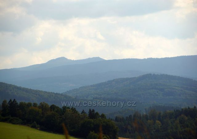 V údolí Všerubský průsmyk a v pozadí Velký a Malý ostrý (Horalové - Prsa Matky Boží)