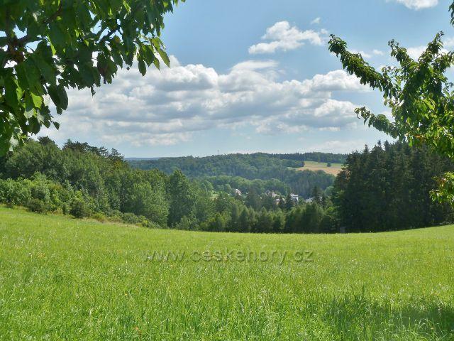 Skuhrov nad Bělou -pohled ze silničky k na Hraštický kopec na část Skuhrova