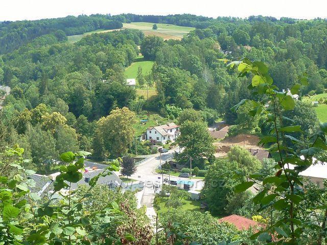 Skuhrov nad Bělou - pohled od paty rozhledny na hradním kopci(421 m.n.m.) do středu obce