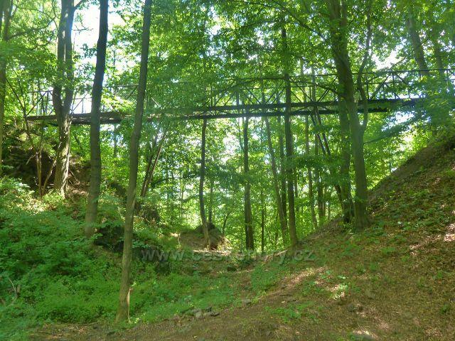Skuhrov nad Bělou - železný mostek přes hradní příkop