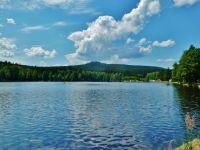 Milovy - Milovský rybník. Na obzoru vyčnívá z lesního porostu Malínská Skála (811 m.n.m.)