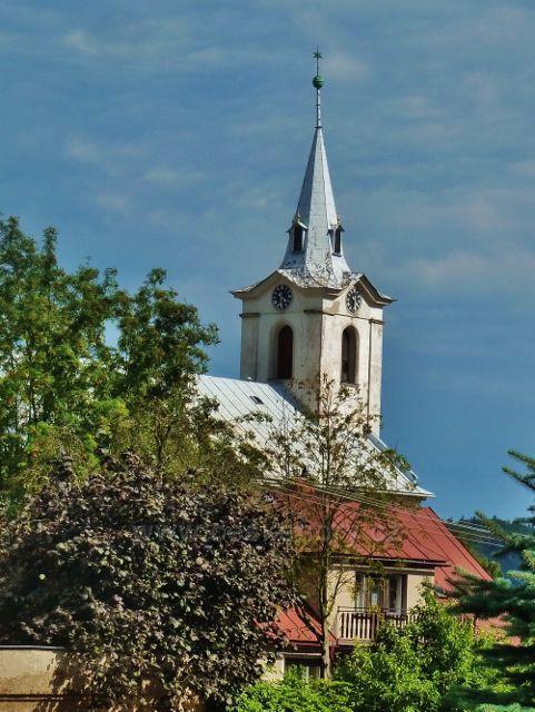 Sněžné - průhled na věž evangelického kostela přistavenou k původní modlitebně v roce 1861