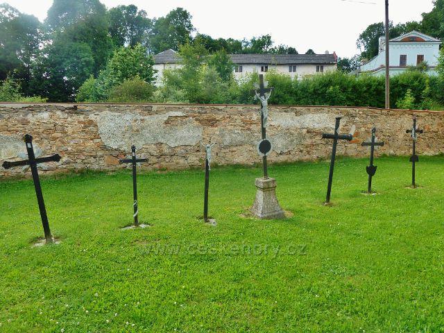 Sněžné - železné kříže u kostela sv. Kříže