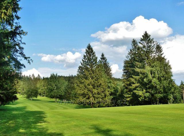 Svratka - golfové hřiště podél cesty k loveckému zámečku Karlštejn