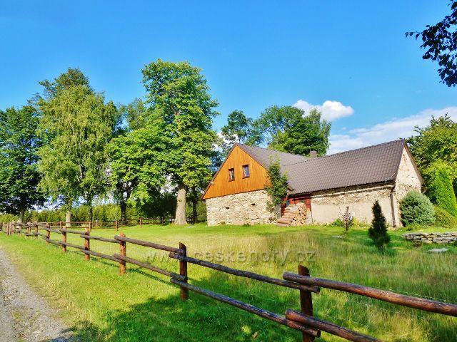 Svratka - chalupa u cesty k loveckému zámečku Karlštejn