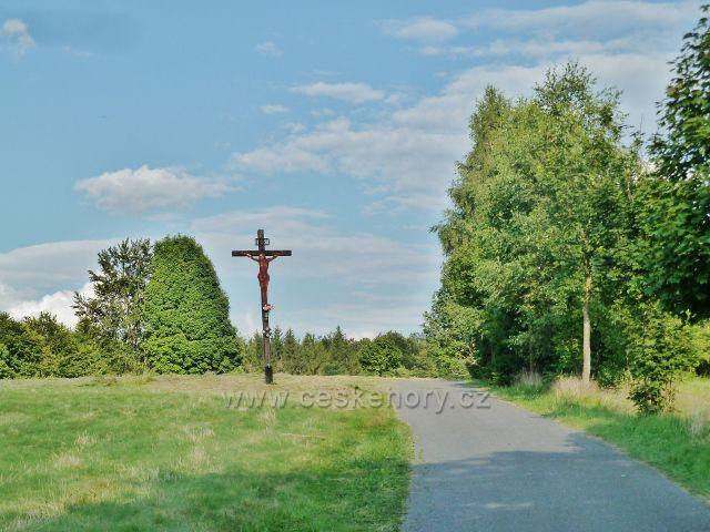 Svratka - dřevěný kříž u silničky k loveckému zámečku Karlštejn