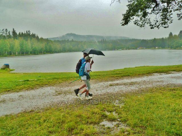Milovy - déšť u Milovského rybníku