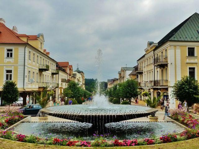 Františkovy Lázně - pohled od fontány na pěší zónu na Národní třídě