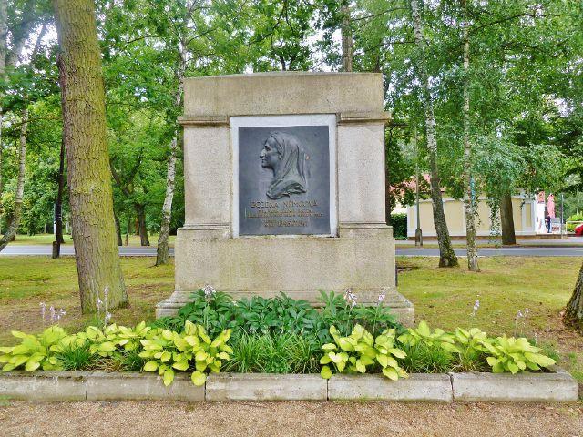 Františkovy Lázně - památník návštěvy Boženy Němcové v letech 1846 až 1847 v parku vedle informačního centra