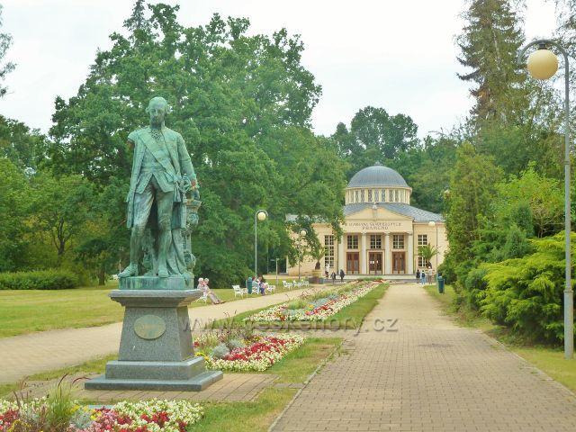 Františkovy Lázně - pomník Josefa II. před Dvoranou Glauberových pramenů