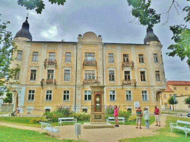 Františkovy Lázně - pohled  na starou lázeňskou budova a část parku s Meteorologickým sloupem