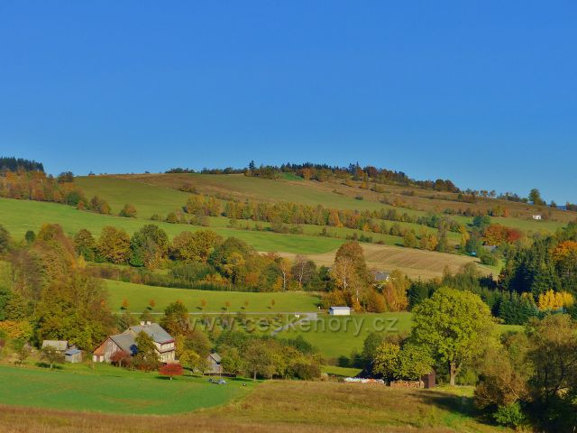 """Pastviny - pohled ke """"Kostelnímu vrchu""""(688 m.n.m.) nad obcí Vlčkovice"""