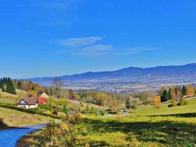Petrovičky - Pohled z hraničního přechodu k Miedzylesie. V pozadí polská strana masivu Králického Sněžníku
