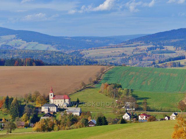České Petrovice - kostel sv. Petra a Pavla. V pozadí údolí hraniční řeky Divoké Orlice
