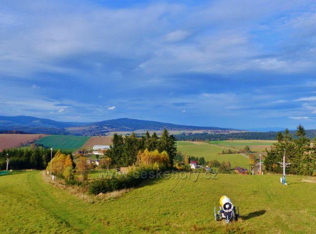 České Petrovice - pohled z rozhledny Amálky k vrcholům Bystřických hor