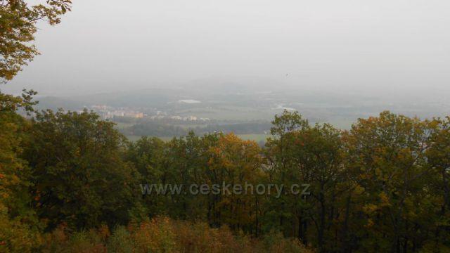 výhled na Chlumec v mlze z vyhlídky u Laviček