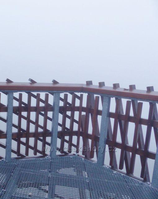 Orlické hory - méně častý pohled z výhledové plošiny rozhledny Velká Deštná - kolem dokola samá mlha