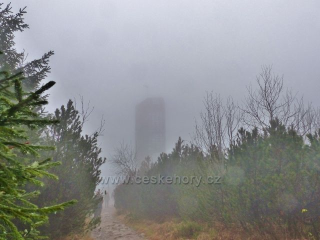 Orlické hory - rozhledna Velká Deštná je zahalená mlhou