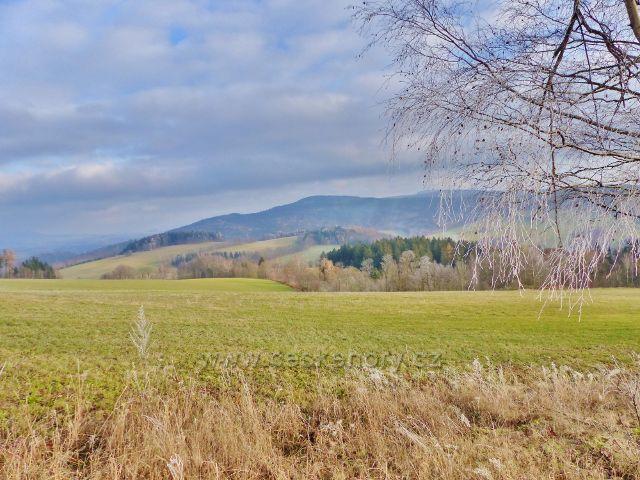 Vlčkovice - pohled z úbočí Kostelního vrchu na Vysoký kámen(843 m.n.m.) v masivu Suchého vrchu