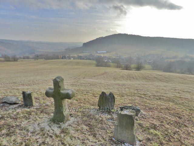 Vlčkovice - pohled od smírčího kříže k na horní část obce a protilehlý hřeben vrchu Studený (721 m.n.m.)