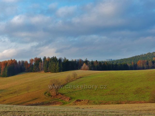 Vlčkovice - pohled na úpatí Kostelního vrchu s posedem u polní cesty nad Vitanovem