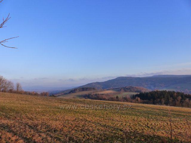 Vlčkovice - pohled z úbočí Kostelního vrchu k Vysokému kameni(uprostřed)