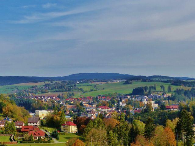Jablonné nad Orlicí - pohled z úbočí Malova kopce přes město na Jamné n.O. a Suchý vrch