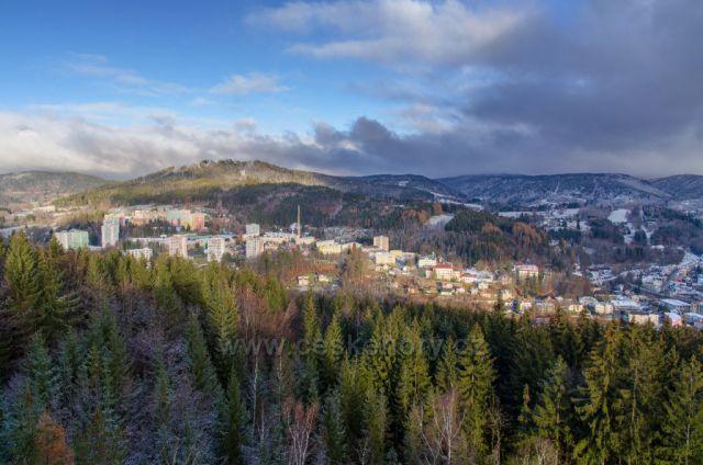 Nedělní pohled na pocukrovaný Tanvald prvním sněhem z Terezínky 29.11.2020.