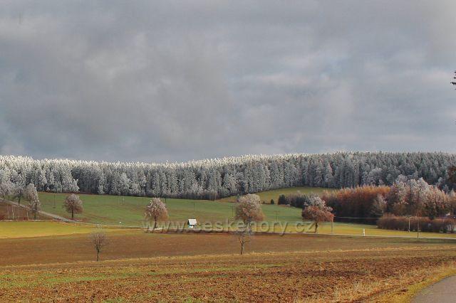 Bubnov - pohled ze Zmrzlíku na ojíněné Žamberské lesy