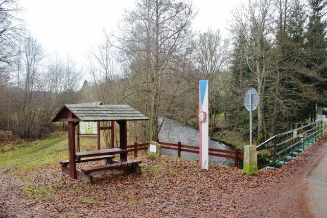 Bartošovice v O.h. - turistický přístřešek u hraniční řeky Divoké Orlice před mostem do Polska