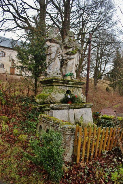 Niemojów - sousoší u cesty pod kostelem Navštívení Nejsvětější Panny Marie
