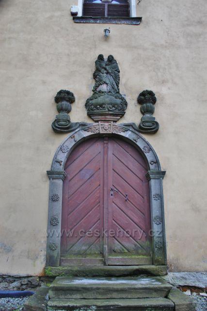 Niemojów - Portál hlavního vstupu do kostela je ozdoben plastikou z doby přestavby kostela v roce 1716