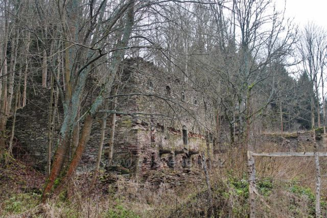 Niemojów - zřícenina původně loveckého zámečku, který později sloužil jako centrum zimních sportů a to až do konce 2.světové války. Po válce zpustl a postupně se z něj stala současná ruina.