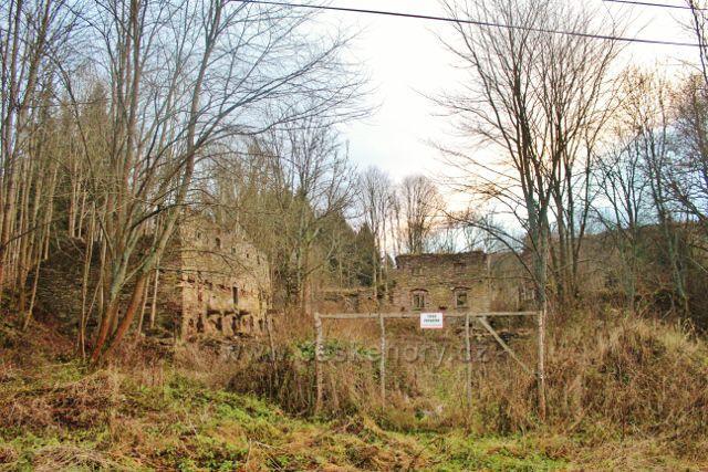 Areál zříceniny zámku Niemojów  je nepřístupný a je oplocen