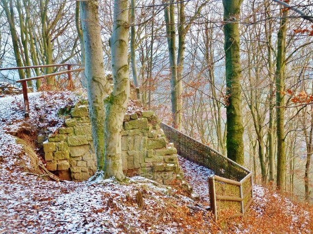 Jediná dochovaná stavební část v areálu zříceniny hradu Žampach