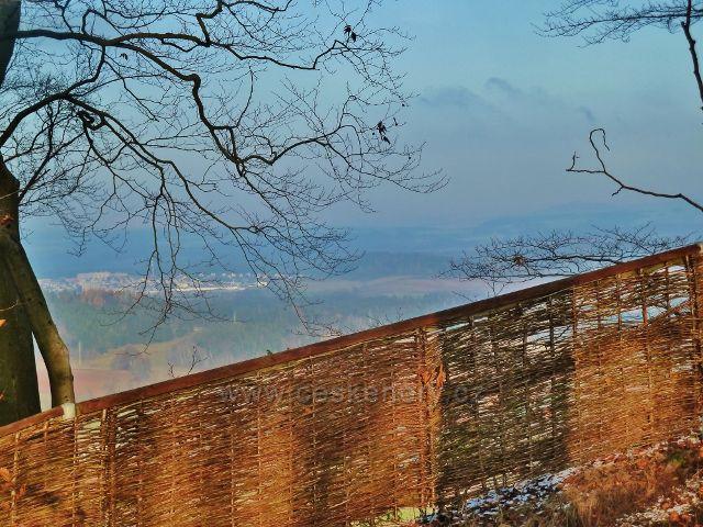 """Žampach - pohled """"přes plot"""" z hradního vrchu k Žamberku"""
