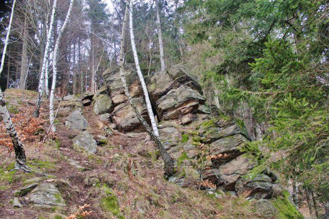 Sestup k rozhledovému místu ve Studeneckých skalách
