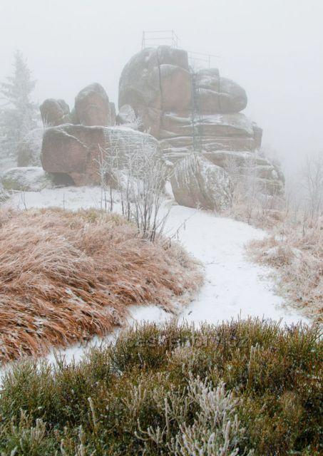 Mlhavý pohled na skalní vyhlídku na Tanvaldským Špičáku.