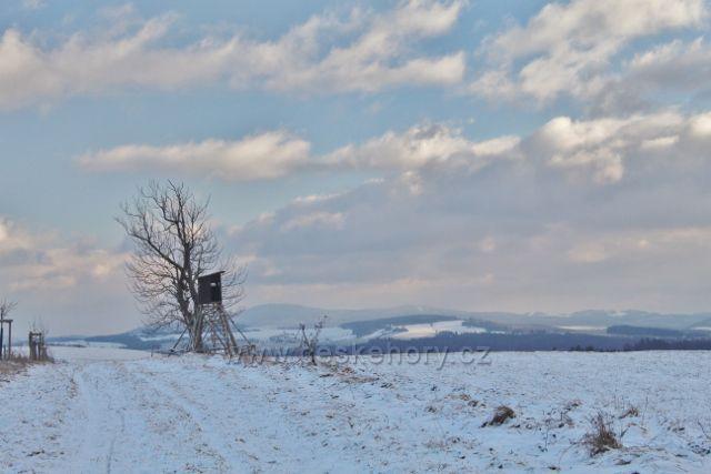 Bartošovice v O.h. - posed u cesty k vrcholu Polomu. V pozadí se rýsuje pásmo Suchého vrchu a Bukové hory